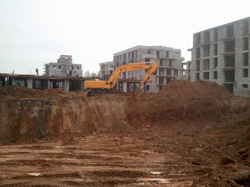 Строящееся жилье на стадии котлована