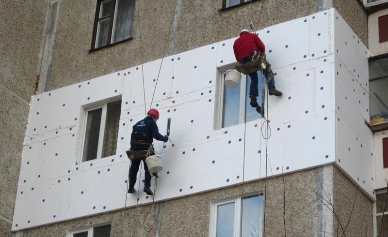 Процесс крепления плит к стене
