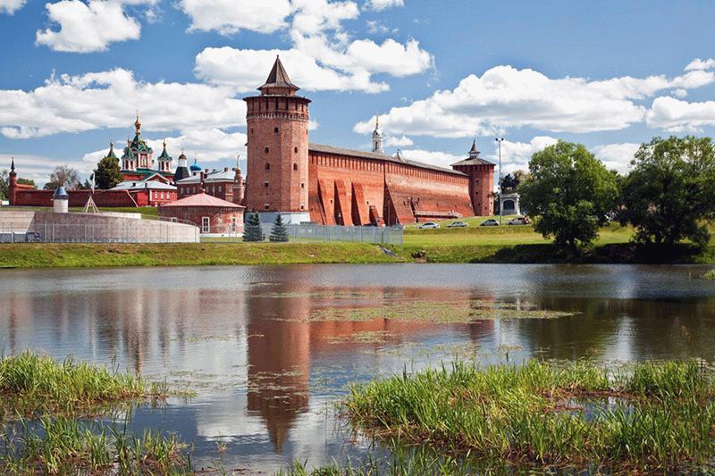 Рядом с Коломенским кремлём есть небольшое озеро