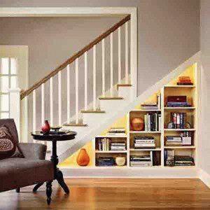 Как использовать пространство под лестницей в загородном доме?