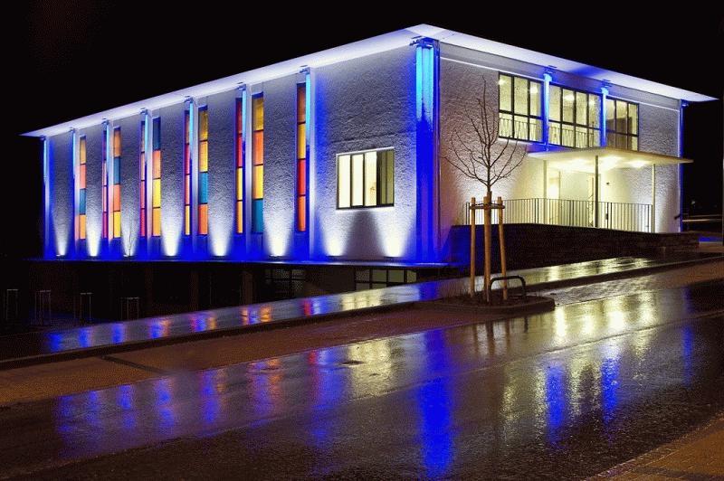 В ночное время дома с невыразительной архитектурой превращаются в сказочные дворцы благодаря цветной подсветке