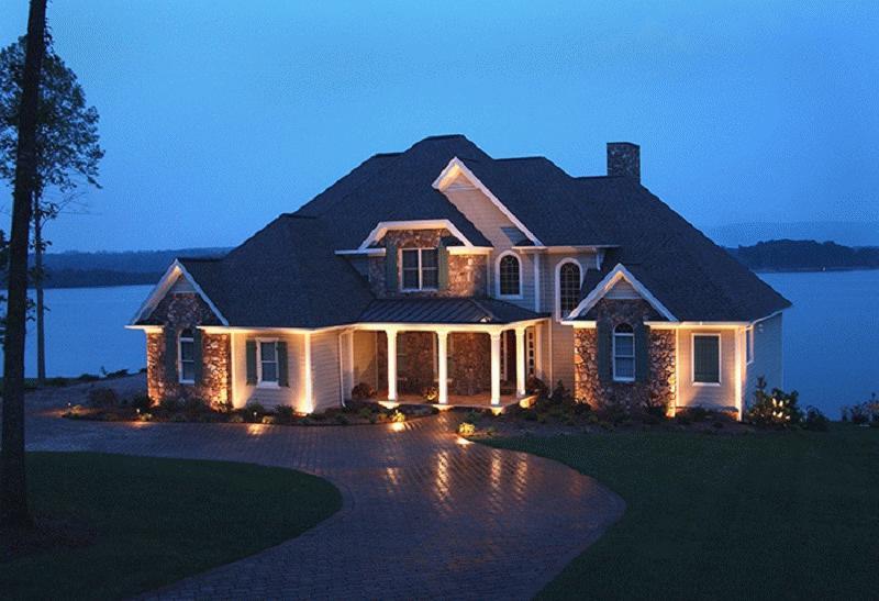 Правильно освещенный загородный дом имеет законченный вид и привлекает внимание