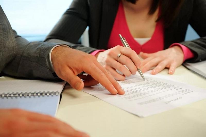 Родители подписывают договор купли-продажи за малолетнего покупателя