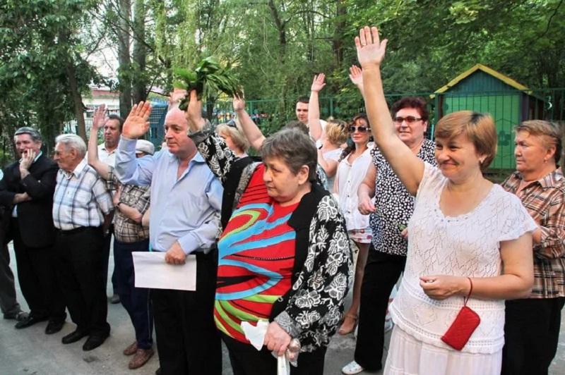 Голосование проводится путем поднятия рук