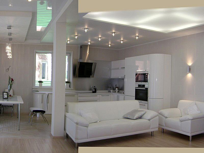 Небольшая мебель и точечное освещение