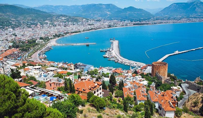 Алания - это курортный город в Турции, давший название целому региону