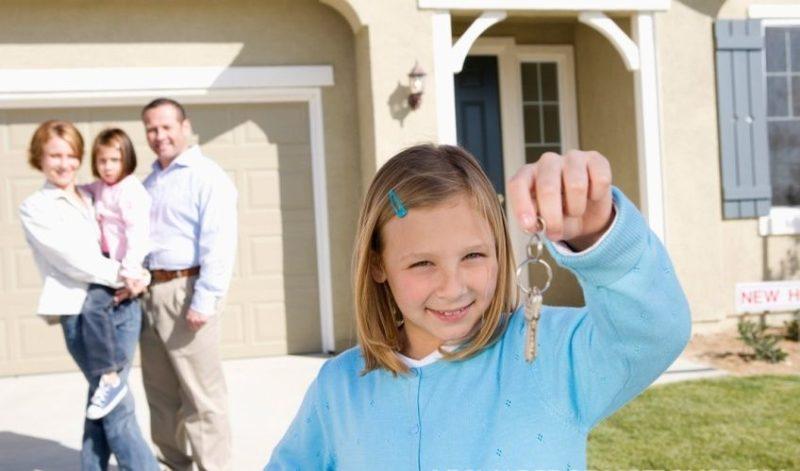 По закону несовершеннолетние имеют право владеть недвижимостью