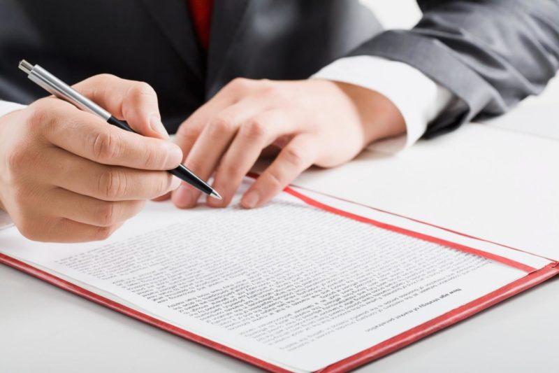 Подписываются бумаги на приватизацию