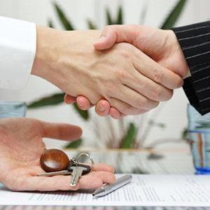 Кто оплачивает сделку купли-продажи квартиры: стандартные схемы