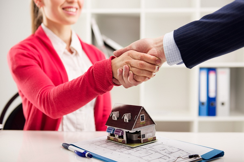 Чаще всего расходы по оформлению делятся пополам между продавцом и покупателем