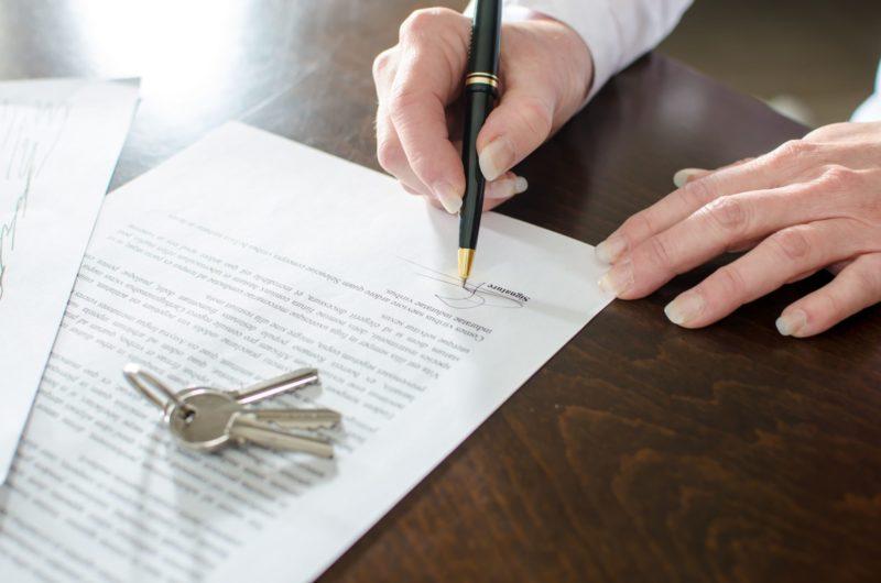 Обратившись к нотариусу, не забудьте проверить у него наличие разрешения на ведение деятельности - только в таком случае заверение будет иметь силу